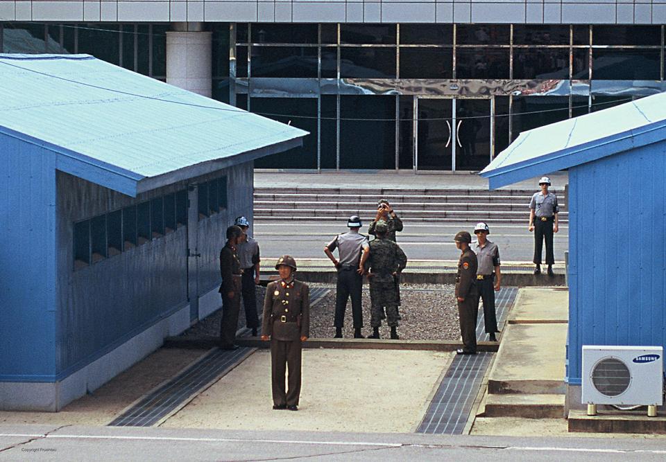 非武装地帯で国境を越えて見ている警備員