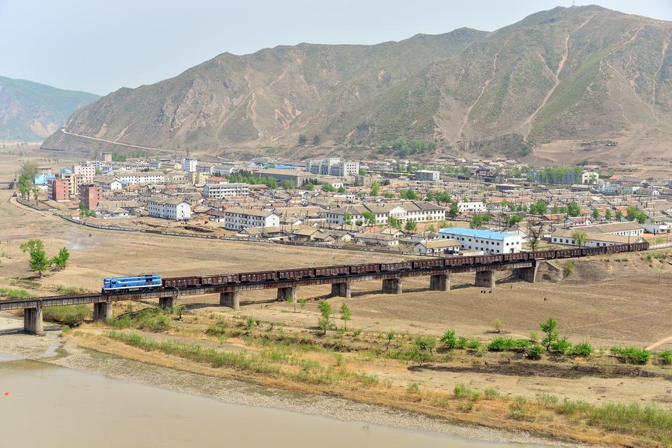 Tumen、吉林省、中国、川の国境で橋します。