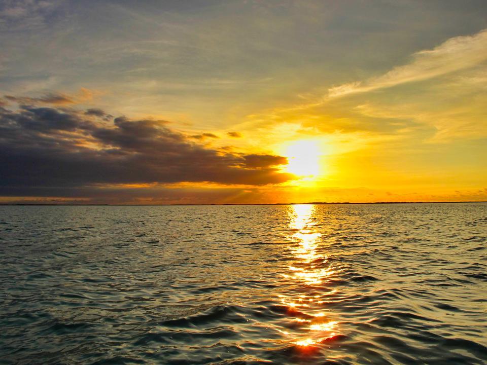 Incredibile tramonto sulla spiaggia con orizzonte infinito