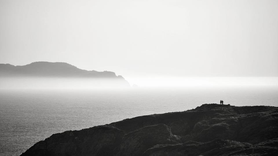 Das Paar allein an der nebligen Küste