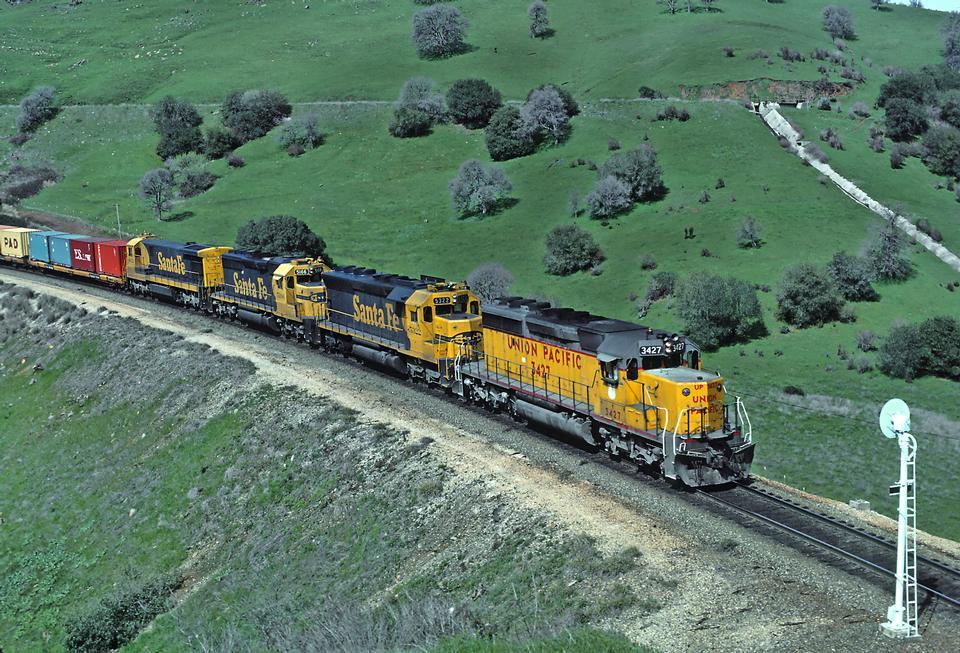 柴油電力機車拖著他們的火車