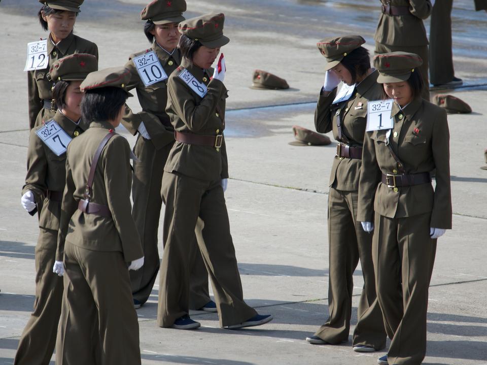 군사 퍼레이드에 대비 한 북한군의 여성 부대