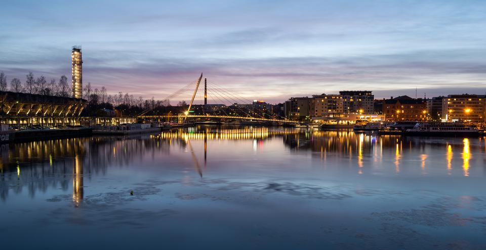 在海湾桥梁的日落