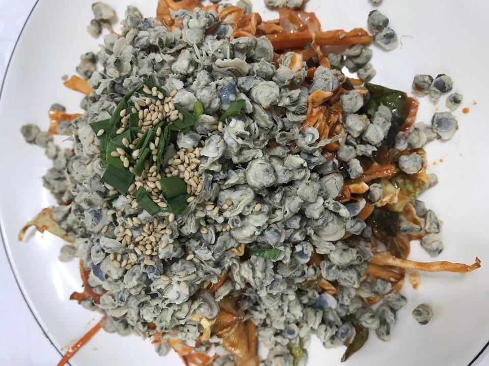 与蔬菜的亚洲蛤蜊