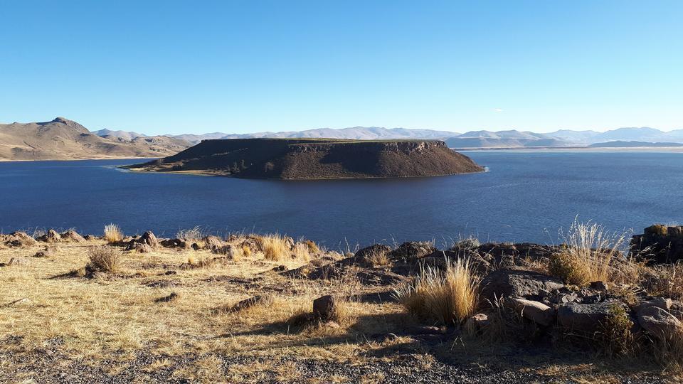 Increíble vista de las montañas en el lago Umayo
