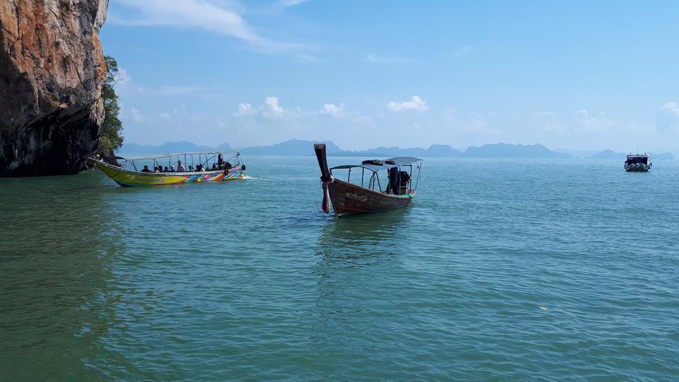 푸켓, 태국에서 하얀 해변에 longtale 보트