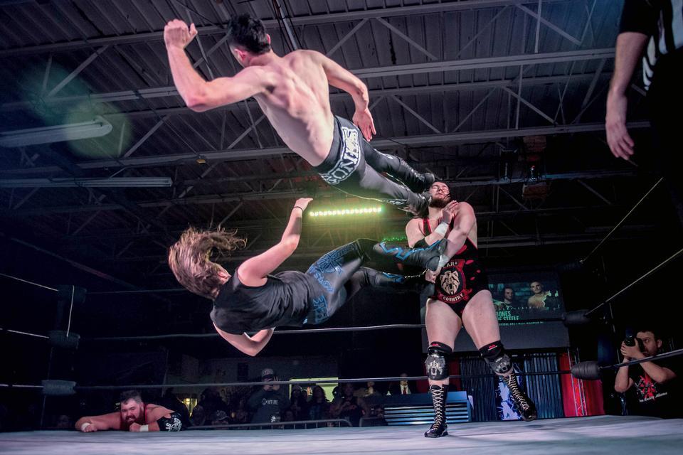 레슬링 경기에서 컨트롤을위한 두 남자 전투