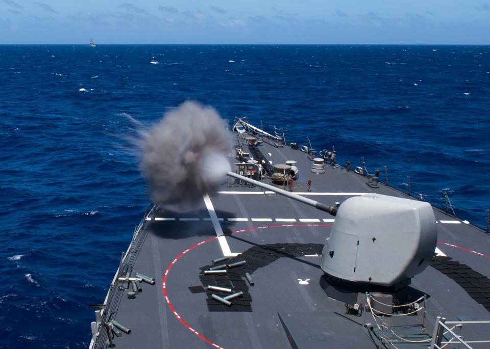 El USS Curtis Wilbur dispara una marca de 45 pistolas de cinco pulgadas