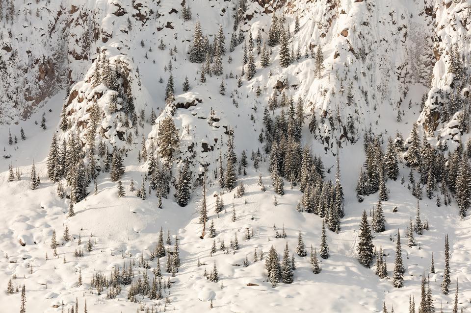 山的白雪皑皑的悬崖海恩斯