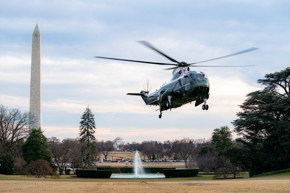 Marine One atterra nel South Lawn