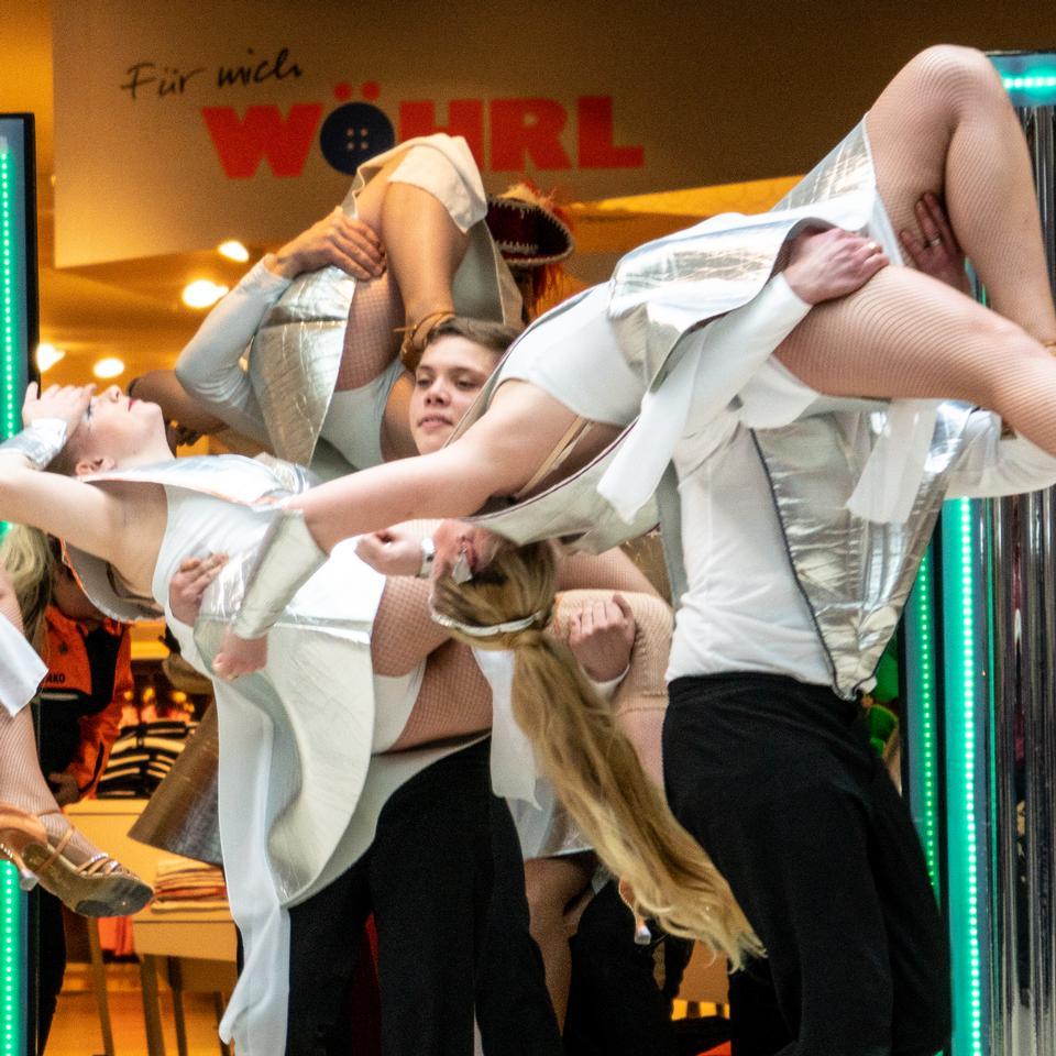 Gruppo di ballo tradizionale tedesco Funkenmariechen nel carnevale