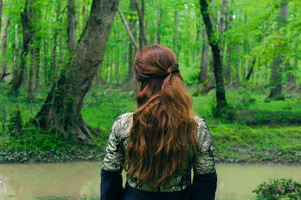 在森林裡的女孩