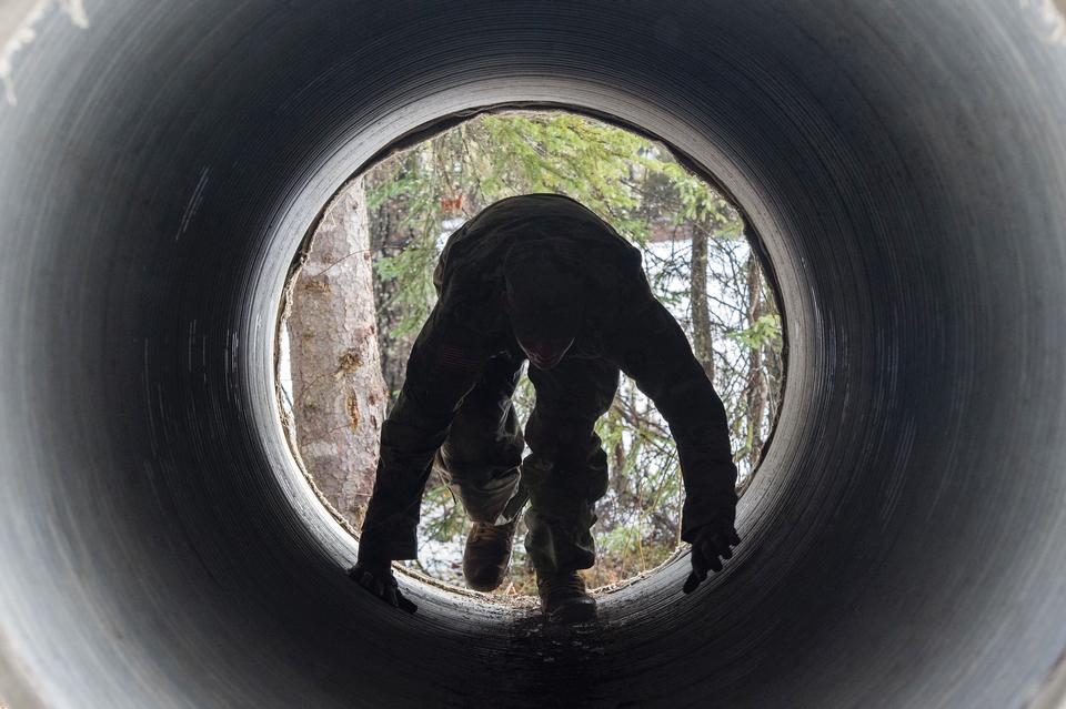 Un soldato con l'esercito americano Alaska negozia un tunnel