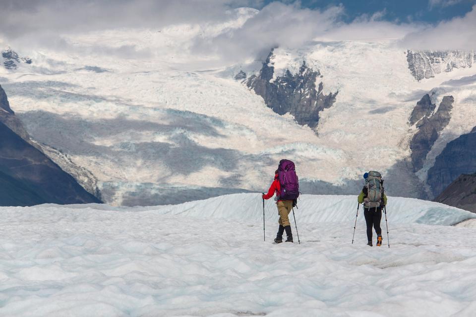 Backpackers che esplorano il ghiacciaio della radice