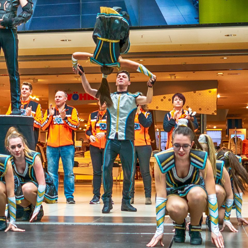 Gruppe von Cheerleadern in Aktion
