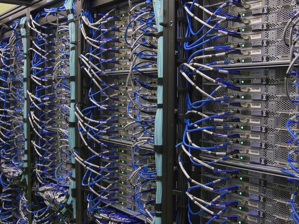 serveur de données hi tech moderne dans le centre du réseau