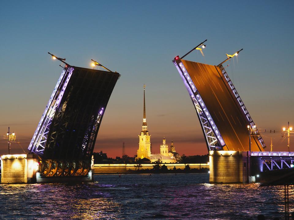 Puente del palacio en san petersburgo, rusia