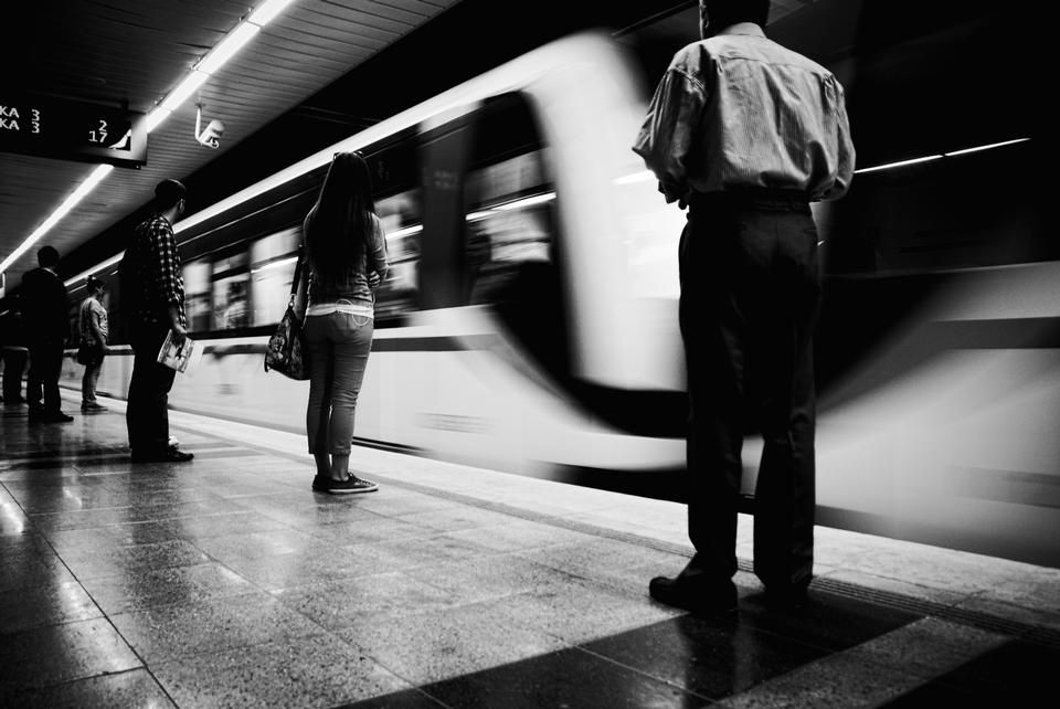 Escena borrosa de la estación de metro, fondo blanco y negro