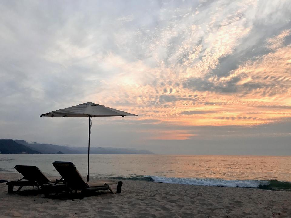 メキシコの夕日と椅子