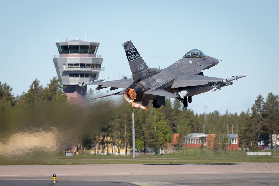 離陸F16
