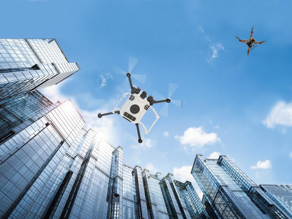 petits drones naviguant dans des paysages urbains