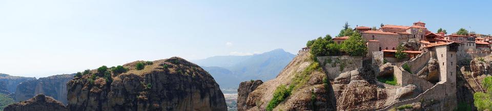 メテオラ、ギリシャの岩の修道院に掛かる神秘的な