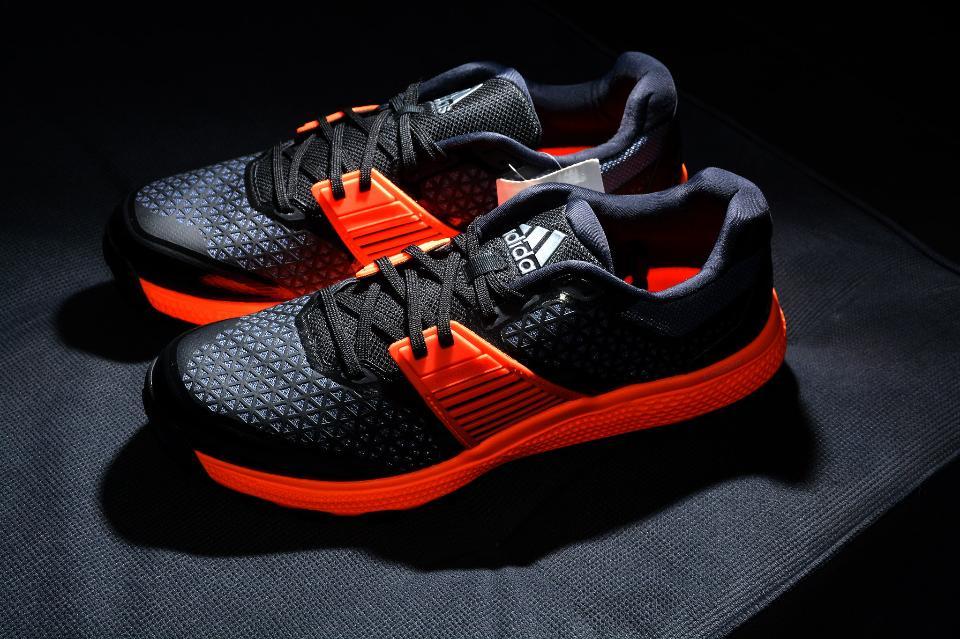 黑色背景上的跑步鞋