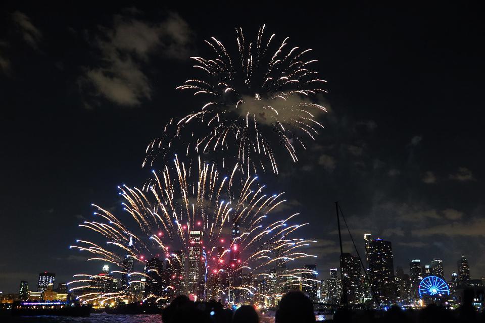 芝加哥市中心和海军码头与盛大的烟花观