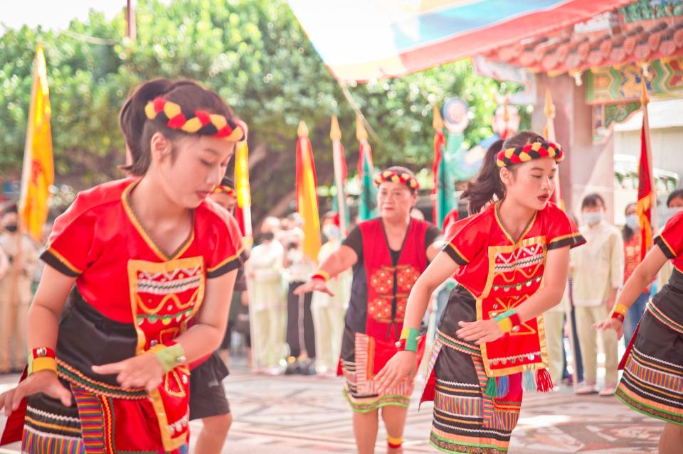 Chinese dance troupe performs traditional dance