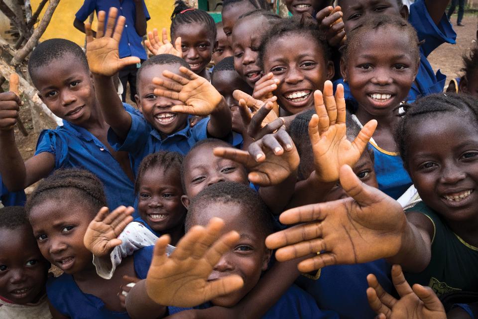 Niños en edad escolar en el pueblo de Kokorou, Sierra Leona