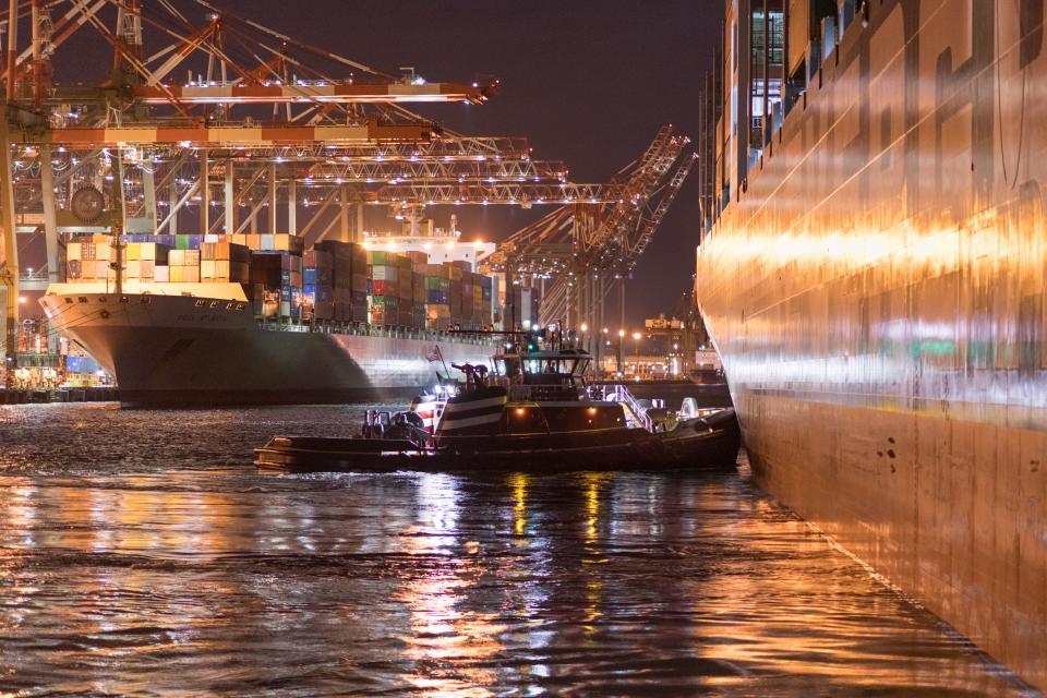 夜の産業コンテナー貨物貿易港シーン